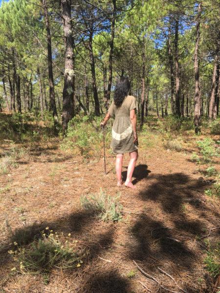 Portrait en pied et de dos de Sophie Junguenet dans une pinède l'été