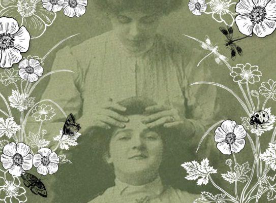 Photographie 1900 d'unefemme qui masse le visage d'une autre entiurées par des illustration de fleurs, deux libellules, deux papillons et une cocinelle