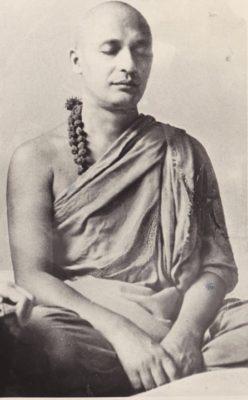 Photographie en noir et blanc de Swami Satyananda méditant en position du lotus